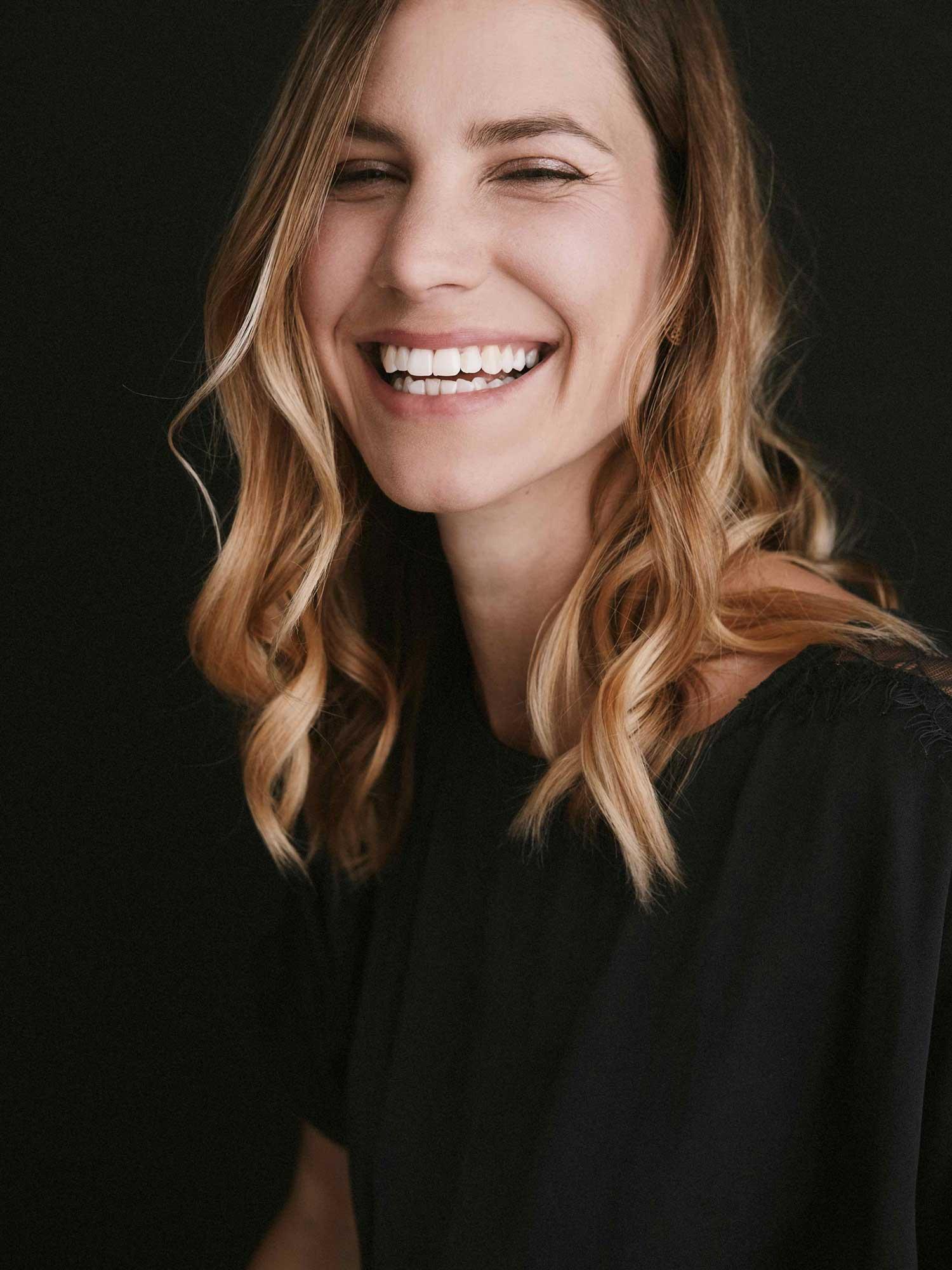 Portrait von Bettina, lachend